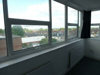A BRIGHT & SPACIOUS, TWO DOUBLE BEDROOM APARTMENT CLOSE TO SHOPPING & WOODSIDE PARK STATION