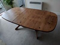 Extendable solid wood dinner table and 5 chairs. 160 cm to 250 cm