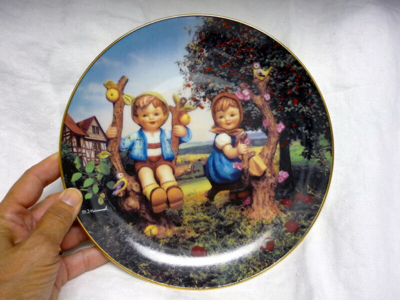 MINT APPLE TREE BOY AND GIRL MJ HUMMEL COLLECTOR PLATE LITTLE COMPANIONS NO COA