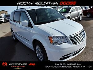 2016 Chrysler Town & Country Touring FWD / Back Up Camera / Heat