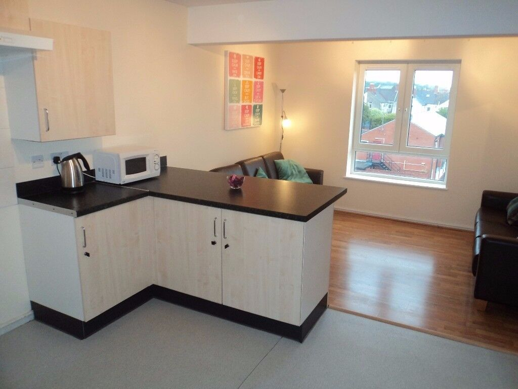 STUDENTS!! 5 SUPERB EN-SUITE BEDROOMS IN FLAT WITH SHARED LIVING AREA KITCHEN - BILLS INCLUDED!!!