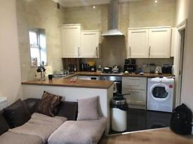 Luxury 1 bed ground floor flat with Garden & Driveway near seven kings station.