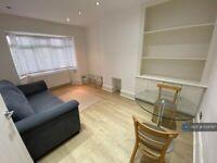 2 bedroom flat in Warren Road, Twickenham, TW2 (2 bed) (#1134767)