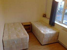 DECENT SIZE TWIN ROOM TO RENT ON OLD KENT ROAD ELEPHANT AND CASTLE SUITS FOR TWO FRIENDS