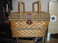 PICNIC BASKET WITH INSULATED COOLER COMPARTMENT