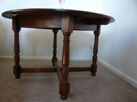Beautiful oak dinning table , extends 4 to 6 persons. Good condition.
