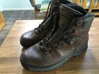 Meindl men's leather walking boots size 9 with gortex lining