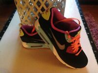 AUTHENTIC NIKE AIR MAX SIZE 5 1/2 BRAND NEW ONLY BEEN TRIED ON UNWANTED GIFT