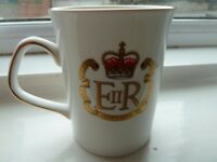 MINT CONDITION ELIZABETHAN FINE BONE CHINA MUG COMMEMORATING THE QUEENS SILVER JUBILEE. ORIGINAL BOX