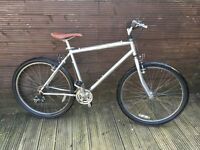 RALEIGH VOYAGER HYBRID LIGHT CHROMO CITY BIKE WITH 21 GEARS