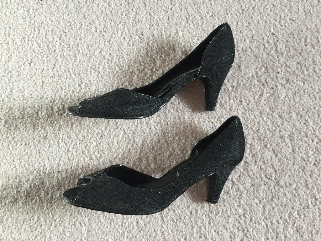 Women's Black Heeled Shoes (Size 5)