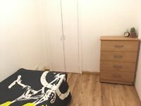 LOVELY SINGLE NEXT TO THE STATION! 3 STOPS TO BANK! 3 BED FLAT SHARE! BILLS INCLUDED