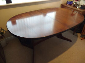 Mahogany Look extendable oval dining table