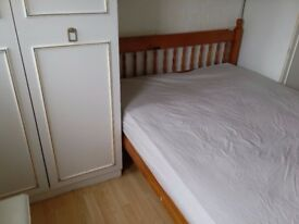room to let, double bed,close to Hainault station, quiet househuld, £385PM inc bills. NO AGENT FEE