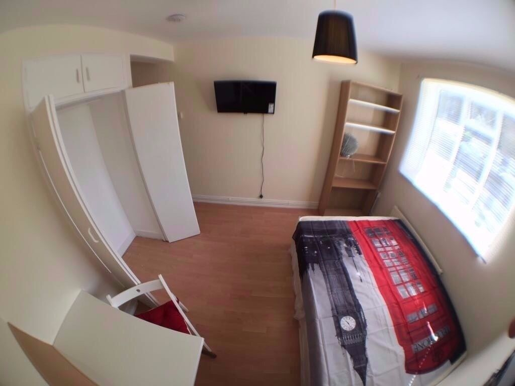 NICE ,BIG and CHEAP DOUBLE ROOM near VICTORIA STATION