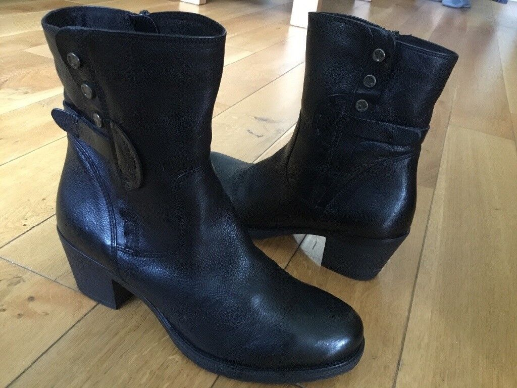 Clarks leather black womens ankle boots. Size 6. As new