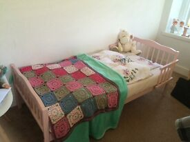 Nice toddlers bed - Good price
