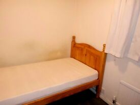 Small Single Room in Spacious House, St.Ives. Short term let availabl. WiFI