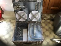 Picnic hamper, 4 place settings