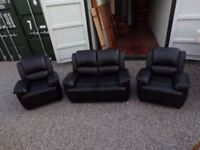 CAN DELIVER - BLACK LEATHER 2-SEATER SOFA + 2 ARMCHAIRS IN PERFECT CONDITION