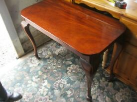 VINTAGE ORNATE HIGHLY POLISHED MAHOGANY SIDE TABLE / DESK. VERSATILE LOCATION USAGE. DELIVERY POSS
