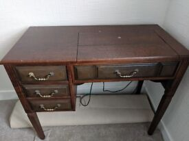 BEAUTIFUL SINGER SEWING MACHINE IN IMMACULATE SEWING TABLE