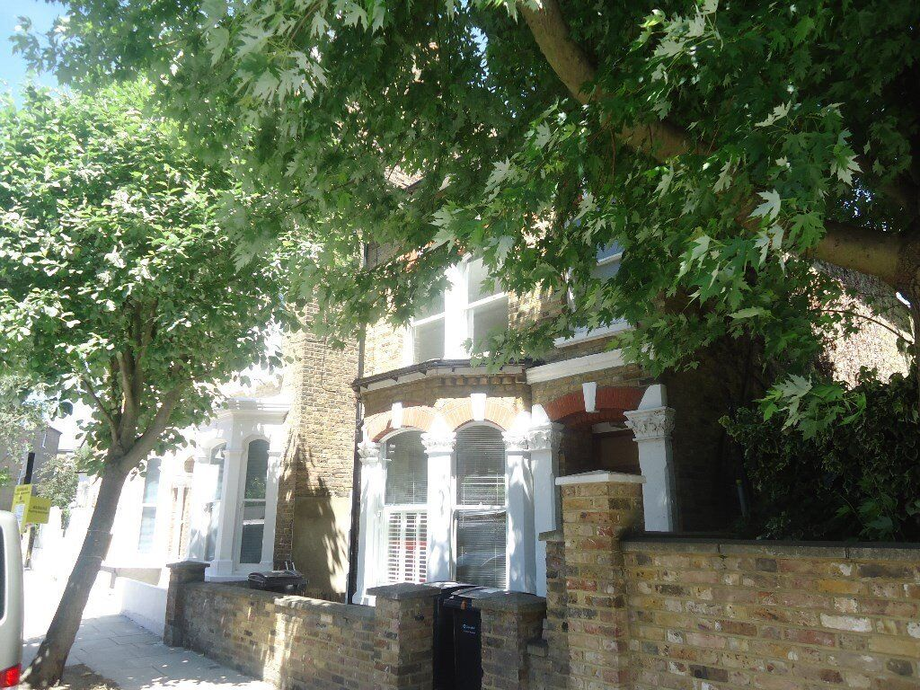 NEW CARPETS. 1 bedroomed 1st floor conversion in quiet tree lined road. Set within 5 minutes walk(ap