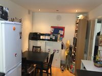 Amazing Spacious Double Room With Wifi,Nice House Near Shops & Station.Near Canary Wharf. Zone 2