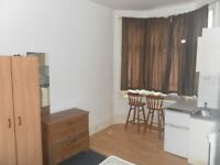NEAT SINGLE BEDSIT IN VAUXHALL! LESS 10 MIN WALK FROM VAUXHALL TUBE ST - BILLS INCLUDED! £660 PCM!