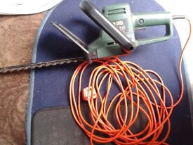 BLACK AND DECKER ELECTRIC HEDGE TRIMMER IN MINT CONDITION