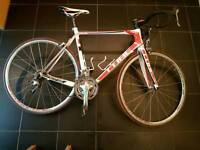 Road bike cube 58cm full carbon with new cleets for pedals included