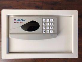 Professional Grade ex-Hotel Digital Safe with Gold Terminals