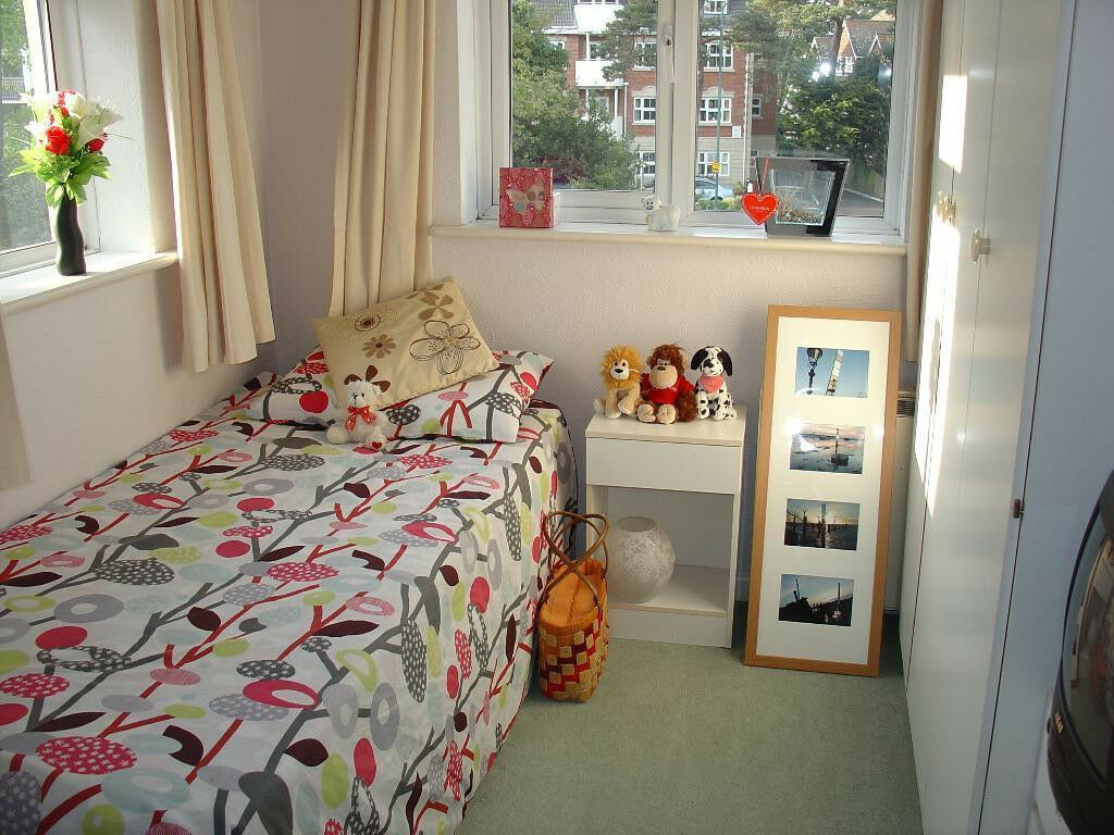 Bright room, 10 minutes walk to town center, all bills included