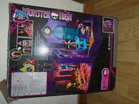 MONSTER HIGH SCHOOL / PLAYHOUSE WITH BOX & INSTRUCTIONS