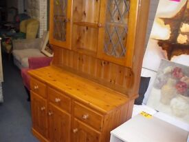 COUNTRY-STYLE PINE DRESSER