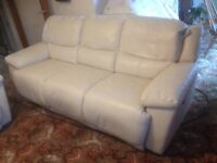 3 Seater Recliner Cream Leather Sofa, In Excellent Condition. The 2 Recliners Work Perfectly.