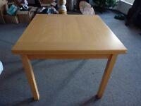 Extending dining table in light oak veneer - very sturdy
