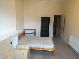 Spacious double room in Charlton, great for commuting!
