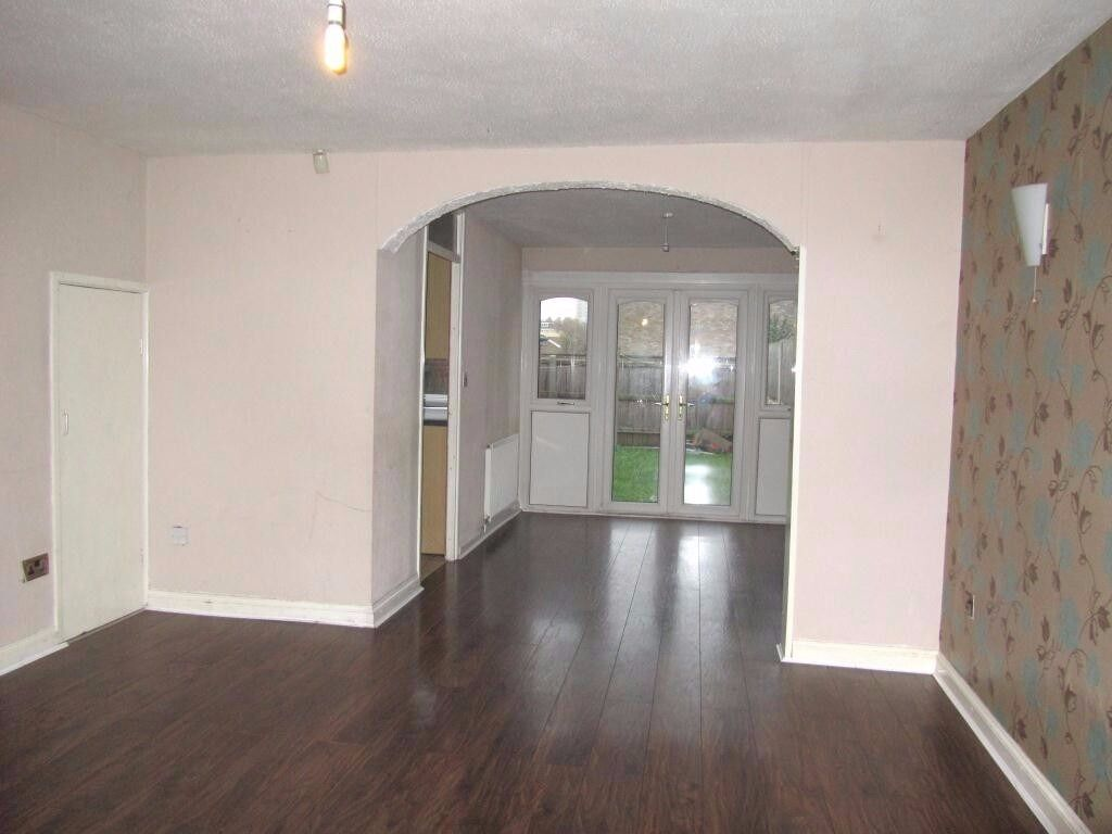 Spacious 3 Bedroom Property Located In The City Centre