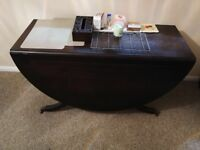 Extendable dining table with chair