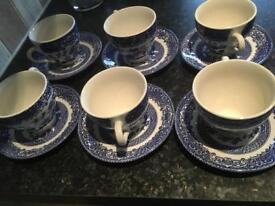 VINTAGE SET OF SIX WILLOW PATTERN TEA CUPS AND SAUCERS
