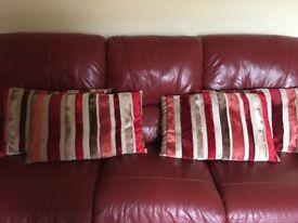 4 matching cushions
