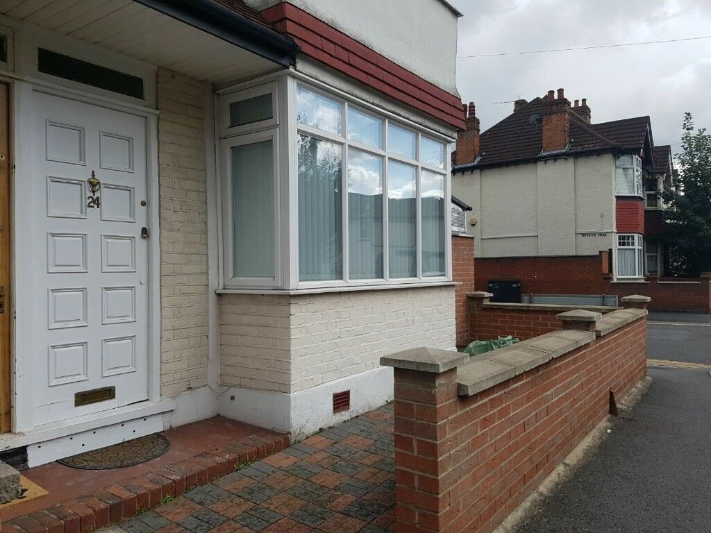 SHORT TIME LET -- TWO BEDROOM FLAT IN SOUTH WIMBLEDON