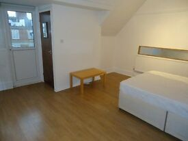 Top floor(2nd) studio flat in the heart of Muswell Hill Broadway. There is a spacious studio roo