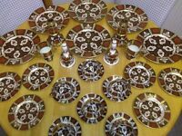 FINE BONE CHINA DINNER SERVICE, IN SIMILAR STYLE OF ROYAL CROWN DERBY, IMARI PATTERN