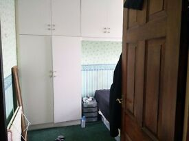 Big room with double bed for one person, 130£ with breakfast & dinner (Indian family) @ Upton park
