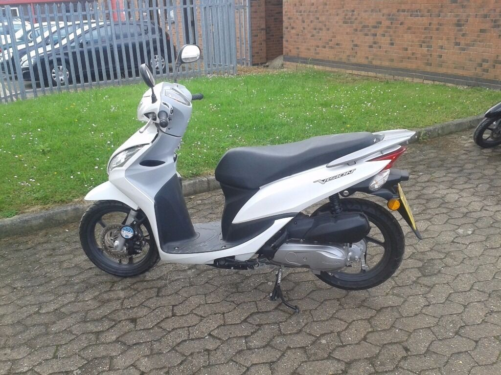 honda vision 50 moped motorbike for sale white only 110. Black Bedroom Furniture Sets. Home Design Ideas