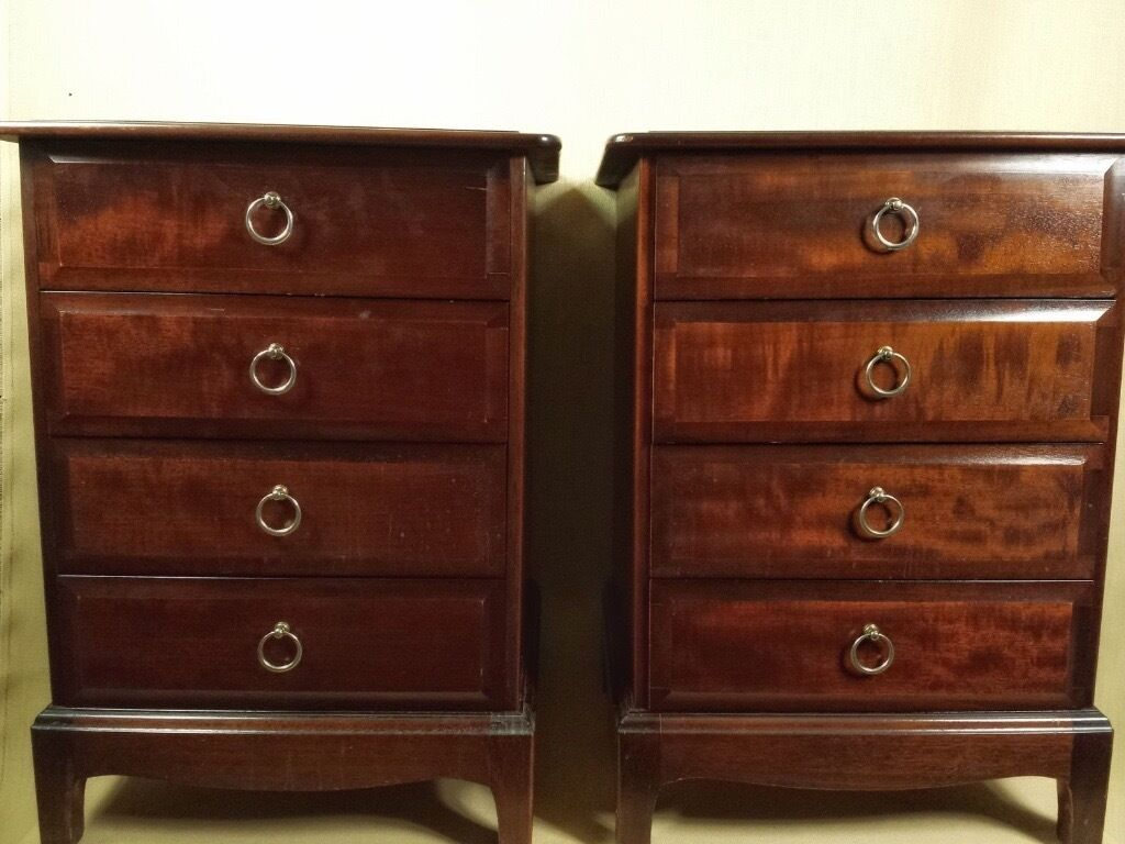 Pair Of Stag Minstrel Mahogany Bedside Cabinets 2 Chest Of