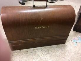 Vintage singer sowing machine in excellent condition and working perfectly with key to case