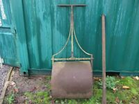 VICTORIAN GARDEN ROLLER HEAVY DUTY WITH A WEIGHT IN THE CENTRE OF THE ROLLER MADE OF CAST IRON GCFA